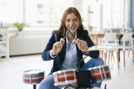 Young businesswoman playing percussion - GUSF01759
