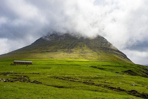 Denmark, Faroe islands, Vidoy, Little hut below a hill in Vidareidi - RUNF00550
