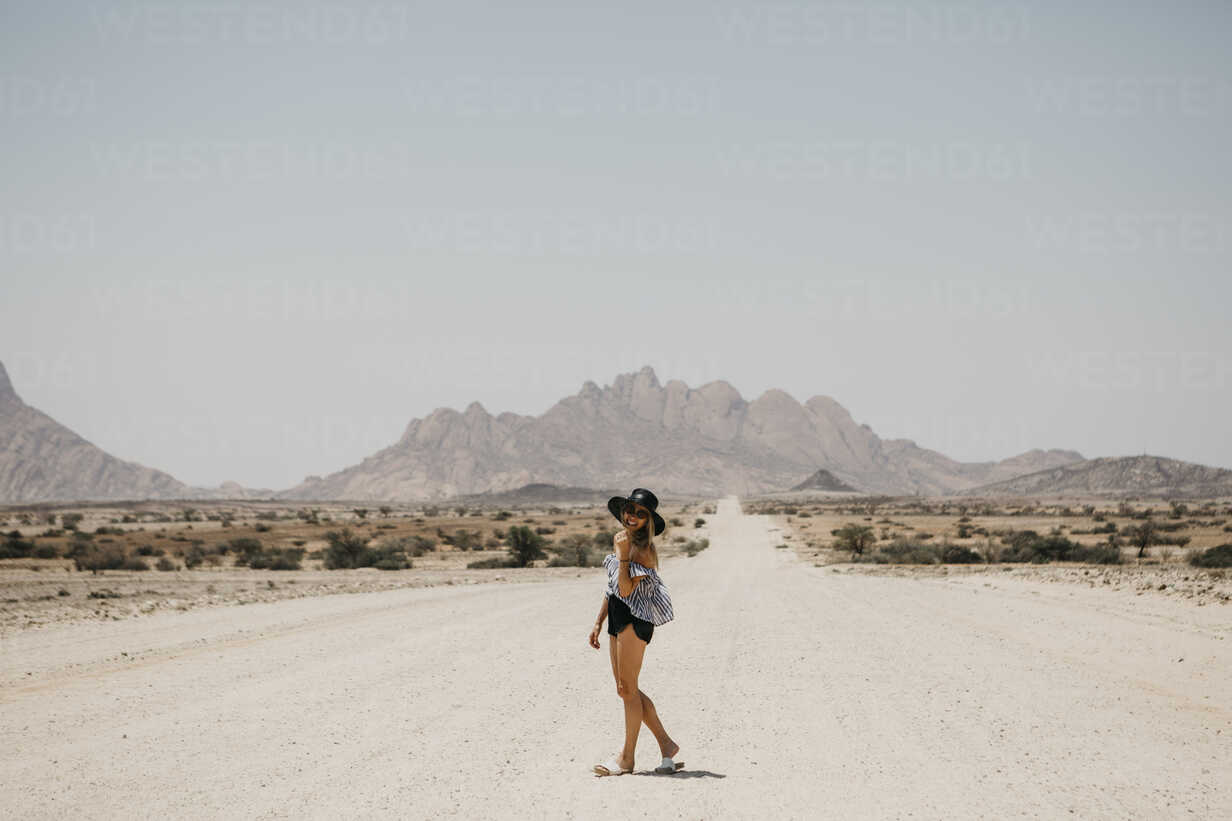 Namibia, happy woman on the road to Spitzkoppe - LHPF00344 - letizia haessig photography/Westend61