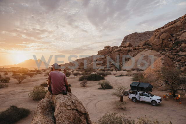 Namibia, Spitzkoppe, friends sitting on a rock watching the sunset - LHPF00371 - letizia haessig photography/Westend61