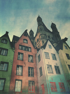 Germany, Cologne, historic city center, historic houses at Fischmarkt and chruch Groß St. Martin - GWF05755
