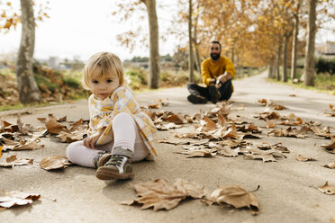 Father and daughter enjoying a morning day in the park in autumn - JRFF02271