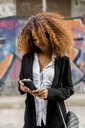 Lifestyle images of a afro woman in the city. - MAUF02138