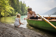 Austria, Carinthia, Weissensee, mother in rowing boat with daughter at the lakeside - AIF00566
