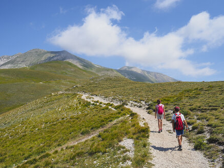 Italy, Umbria, Sibillini mountains, two children hiking mount Vettore - LOMF00783
