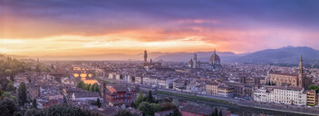 Italy, Tuscany, Florence, Cityscape with Ponte Vecchio at sunrise - RPSF00261