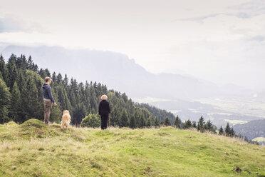 Mutter und Sohn genießen den Blick auf das Inntal, Golden Retriever, Karspitze, Rettenschöss, Österreich - MAMF00281