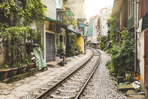 Vietnam, Hanoi, view of railway tracks in the city very close to houses - WPEF01273
