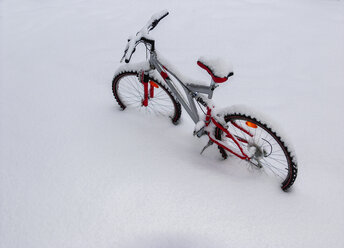 Bicycle in snow - WWF04743