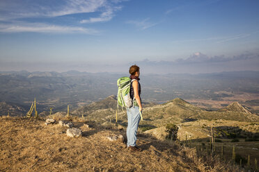 Frau geniesst den Ausblick vom Berggipfel Profitis Ilias, Wanderung, Lykaion, Arkadien, Peloponnes, Griechenland - MAMF00328