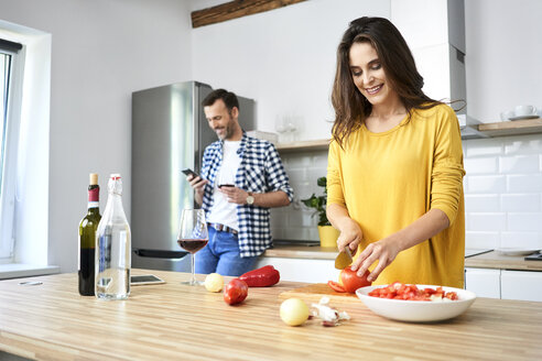 Affectionate couple in kitchen, preparing spaghetti toghether - BSZF00859