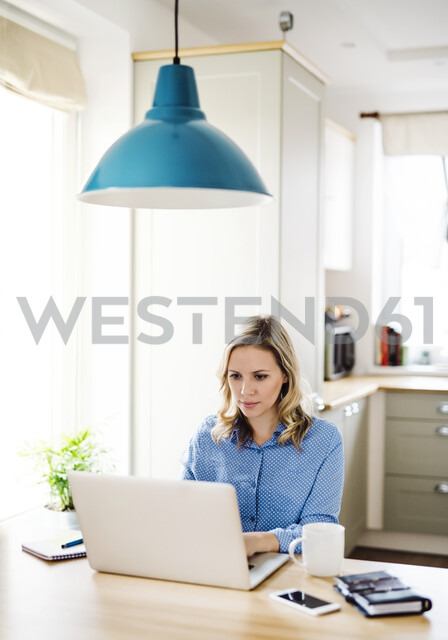 Woman with laptop working at home - HAPF02849 - HalfPoint/Westend61