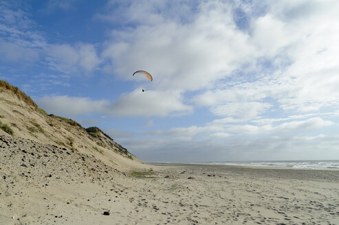 Denmark, Jutland, Thy National Park, paraglider on the beach - UMF00871