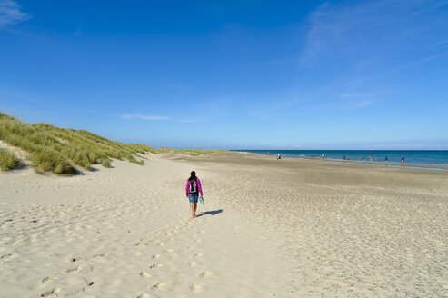 Denmark, Jutland, Skagen, Grenen, woman walking on the beach - UMF00901