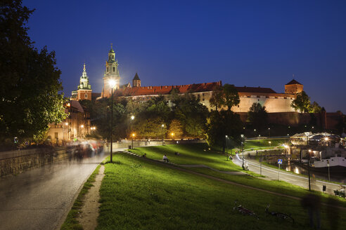 Poland, Krakow, Wawel Castle illuminated at night - ABOF00385