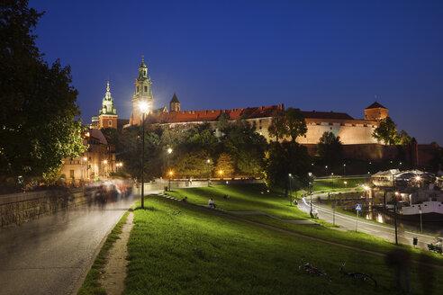 Poland, Krakow, Wawel Castle illuminated at night, city landmark - ABOF00385