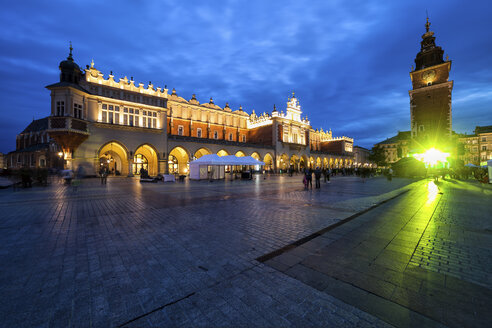 Poland, Krakow, city by night, Main Square in the Old Town, Cloth Hall (Sukiennice) and Town Hall Tower - ABOF00391