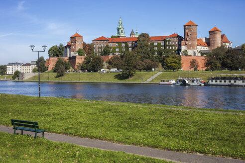 Poland, Krakow, Wawel Castle, famous city landmark at Vistula River bank - ABOF00400