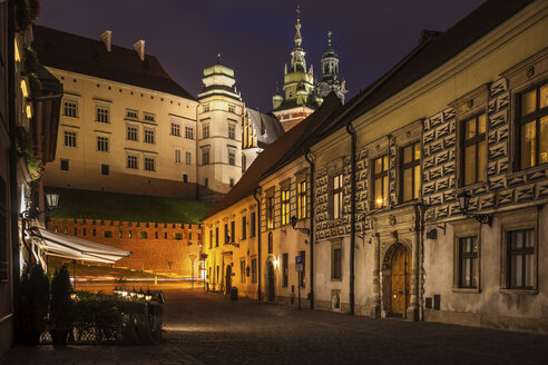 Poland, Krakow, Kanonicza Street to Wawel Castle in Old Town at night - ABOF00409