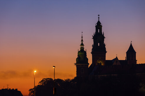 Poland, Krakow, Wawel Castle and Cathedral silhouette against twilight sky - ABOF00412