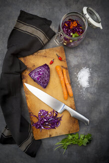 Preparation of homemade red cabbage, fermented, with chili, carrot and coriander - LVF07653