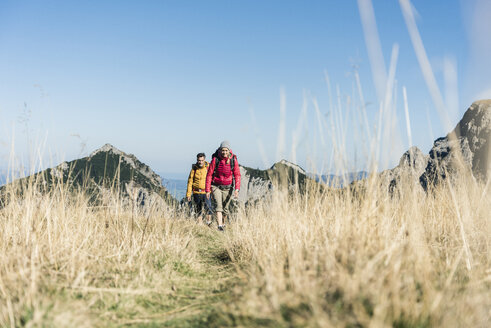 Austria, Tyrol, couple hiking in the mountains - UUF16375