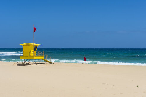 Spain, Canary Islands, Fuerteventura, Parque Natural de Corralejo, lifeguard hut on the beach - RUNF00863