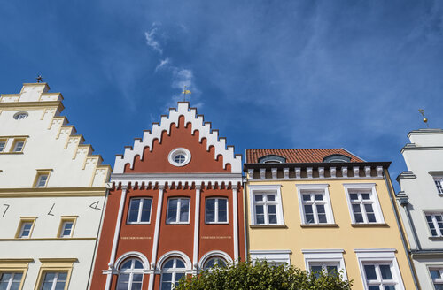 Germany, Greifswald, row of houses at market square - RUNF00908