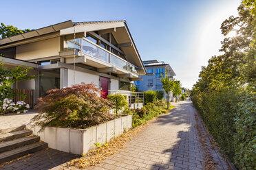 Deutschland, Baden-Württemberg, Ludwigsburg, Wohngebiet, modernes Einfamilienhaus, Wohnhaus, Haus, Immobilie - WDF05036