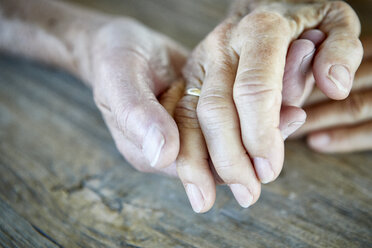 Senior couple holding hands, close-up - RBF06984
