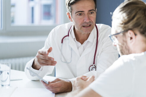 Doctor showing tablet to patient in medical practice - JOSF02789