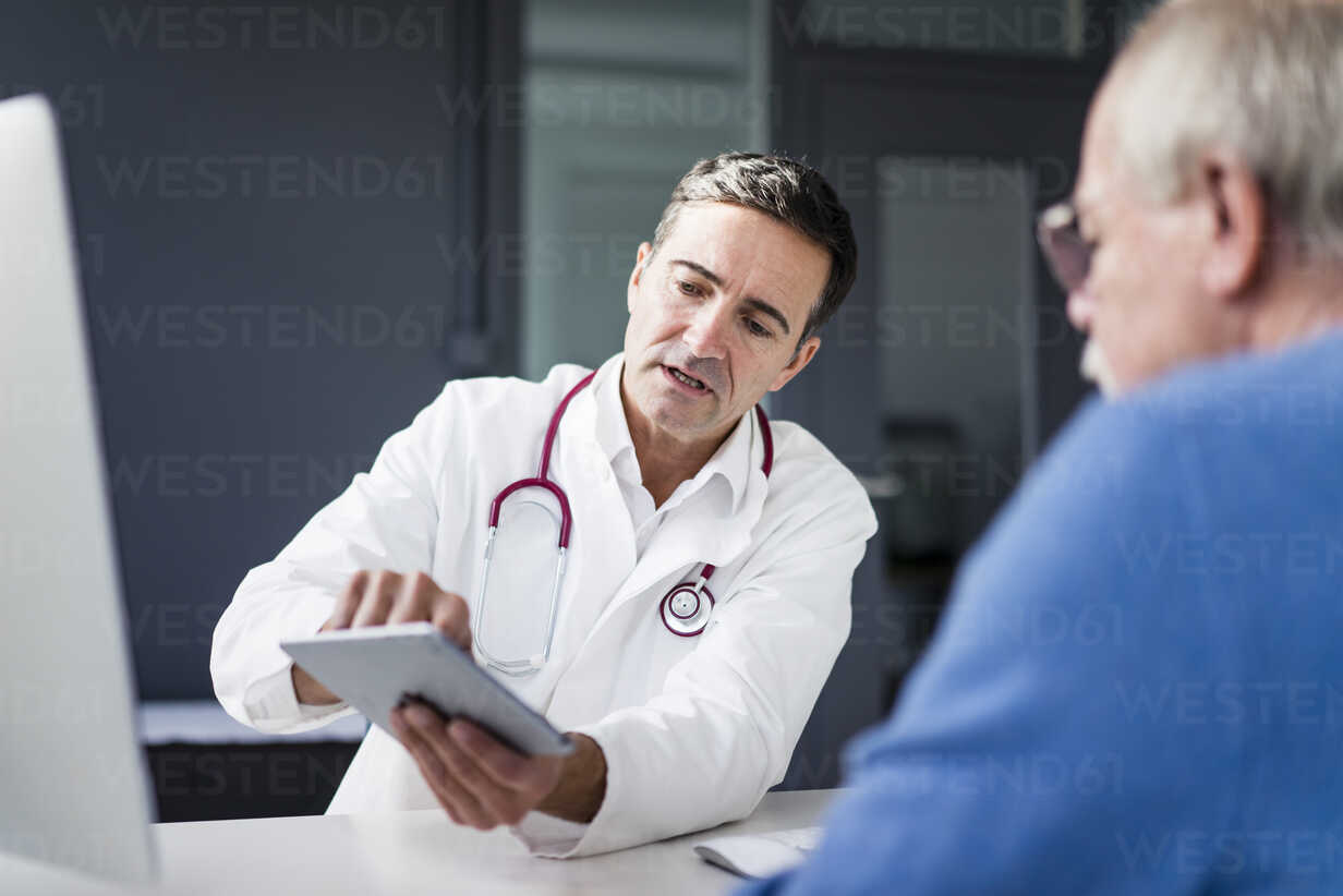 Doctor showing tablet to patient in medical practice - JOSF02807 - Joseffson/Westend61