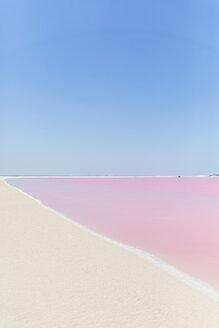 Mexiko, Yucatán, Las Coloradas, Municipio Río Lagartos, Pink Lake, Salz, Salzabbau, Salzsee, Strand, Copyspace - MMAF00748