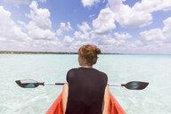Mexiko, Yucatan, Quintana Roo, Bacalar, woman in kayak on the sea - MMAF00763