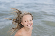 Portrait of happy little girl at the sea - PSIF00218