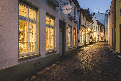 Germany, Lower Saxony, Oldenburg, Bergstrasse at dusk - KEB01034