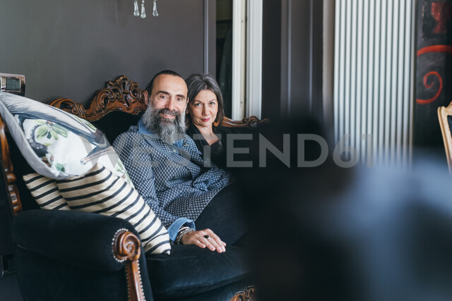 Couple on sofa looking at camera - CUF47320 - Eugenio Marongiu/Westend61