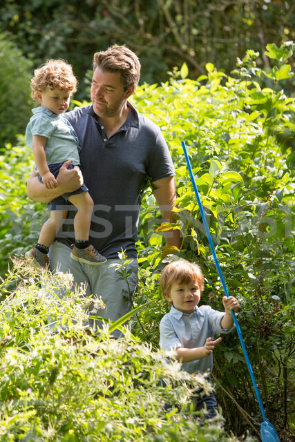 Father and children walking in park - CUF47416
