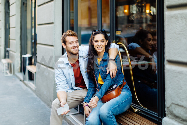 Couple sitting by shop window, Milan, Italy - CUF47617 - Sofie Delauw/Westend61