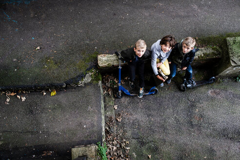 Boys looking up from ground level - CUF47839