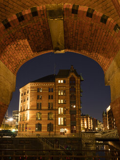 Germany, Hamburg, Speicherstadt, old warehouses at night - WIF03746
