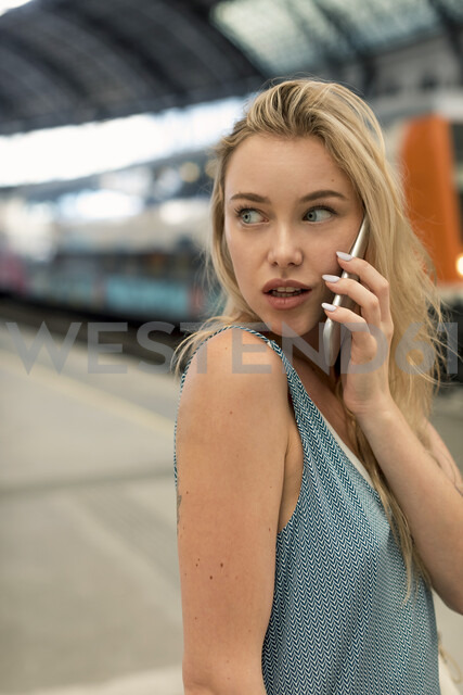 Beautiful blond woman in the city. Barcelona, Spain. - MAUF02316