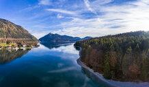 Luftaufnahme, Deutschland, Bayern, Oberbayern, Walchensee, Kochel am See am Abend - AMF06698
