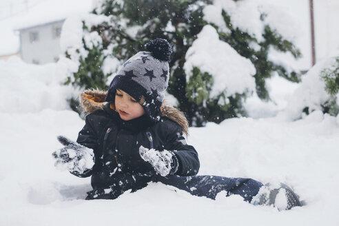 Toddler playin in the snow. Zrenjanin, Serbia - MOMF00587