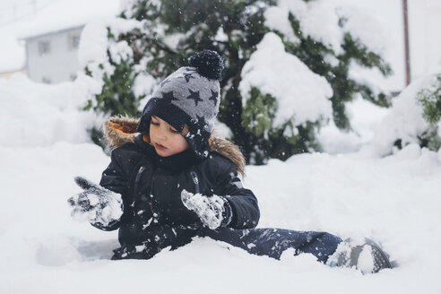 Toddler playing in the snow - MOMF00587