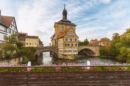 Germany, Bavaria, Bamberg, Old town hall, Obere Bruecke and Regnitz river - TAMF01138