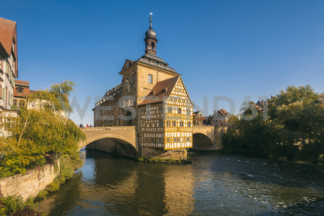 Germany, Bavaria, Bamberg, Old town hall, Obere Bruecke and Regnitz river - TAMF01159 - A. Tamboly/Westend61