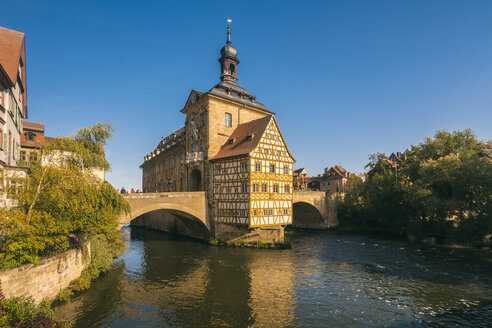 Germany, Bavaria, Bamberg, Old town hall, Obere Bruecke and Regnitz river - TAMF01159