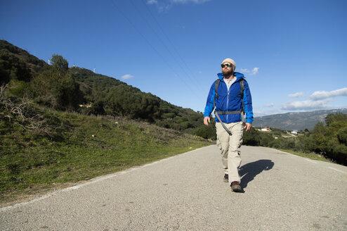 Spanien, Andalusien, Tarifa, Mann beim wandern, Wanderung - KBF00411