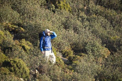 Spanien, Andalusien, Tarifa, Mann beim wandern, Wanderung - KBF00423